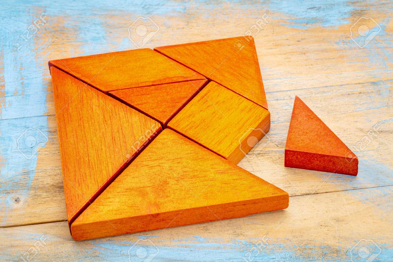 Une Pièce Manquante Dans Un Carré Construit À Partir De Formes De Tangram,  Un Jeu Traditionnel Chinois De Puzzle, Bois Peint Fond destiné Tangram Carré