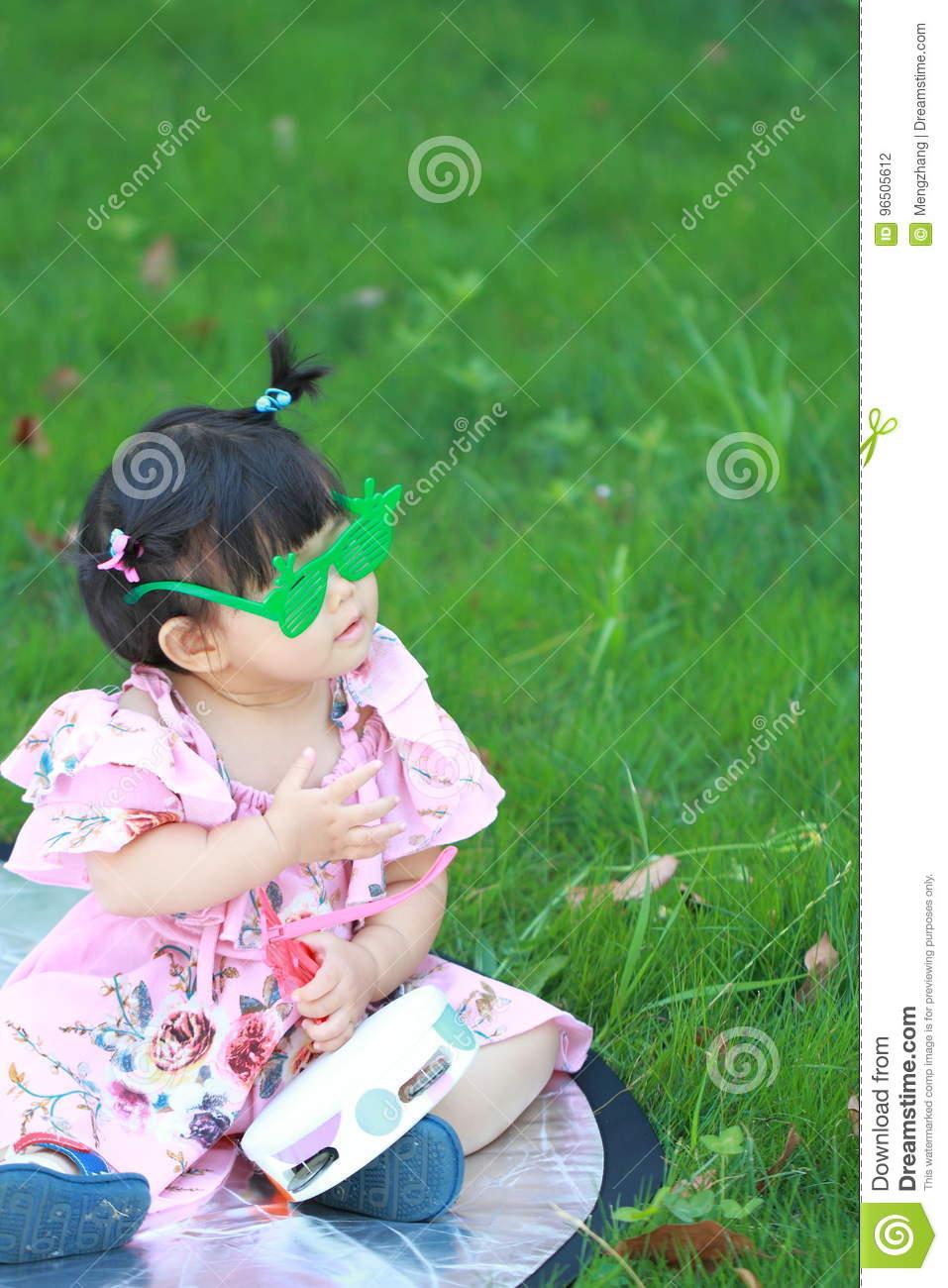 Verres Chinois Mignons De Jeu De Bébé Sur La Pelouse Photo intérieur Jeux Pour Bebe Gratuit