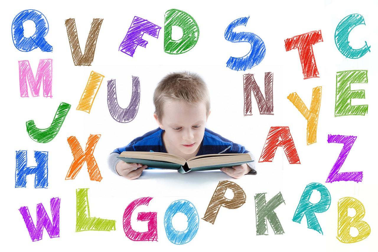 10 Trucs Pour Apprendre Les Lettres De L'alphabet | Maman serapportantà Apprendre Les Lettres En Jouant