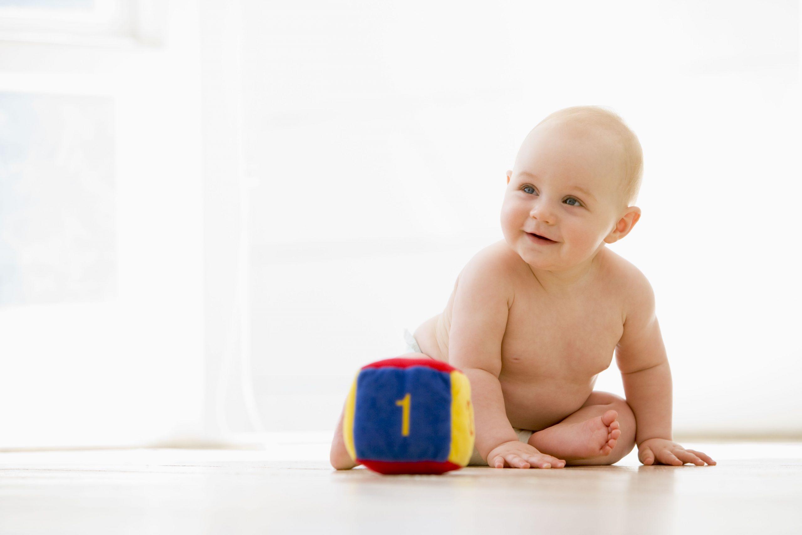 5 Jouets Indispensables Pour L'éveil Des Bébés De 0 À 6 Mois destiné Bebe 6 Mois Eveil