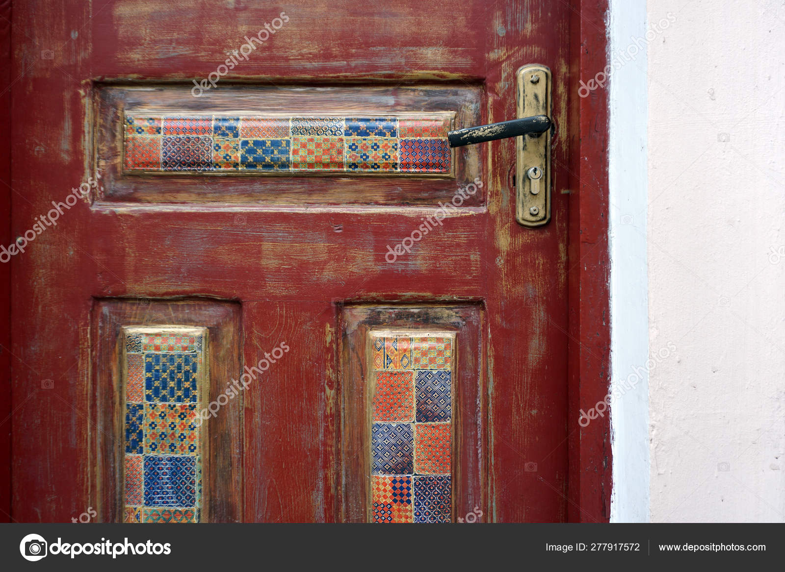 A Fragment Of A Wooden Door With Patterned Decoupage Inserts dedans Découpage Cp