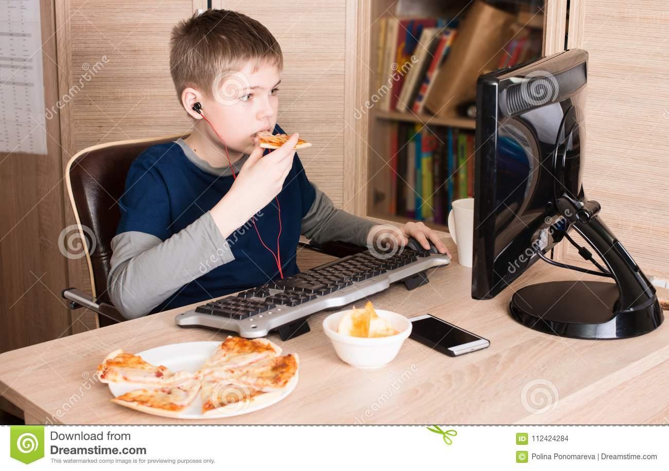 Badinez Manger De La Pizza Et Surfer Sur L'internet Ou Jouer dedans Jeux À Manger