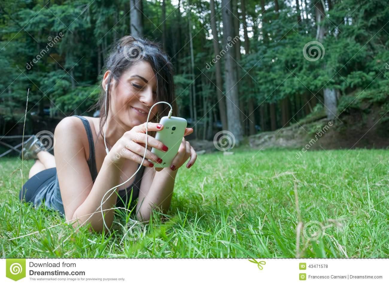 Beau Jeu De Fille Au Téléphone Intelligent Sur Le Parc Photo dedans Jeux De Fille De Telephone