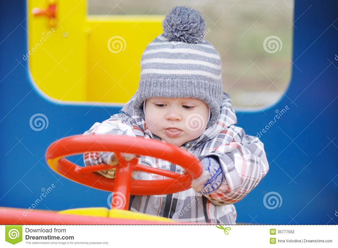 Bébé Conduisant La Voiture Sur Le Terrain De Jeu Photo Stock tout Jeux Bebe Voiture