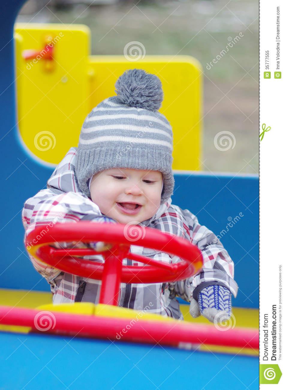 Bébé De Sourire Conduisant La Voiture Sur Le Terrain De Jeu concernant Jeux Bebe Voiture