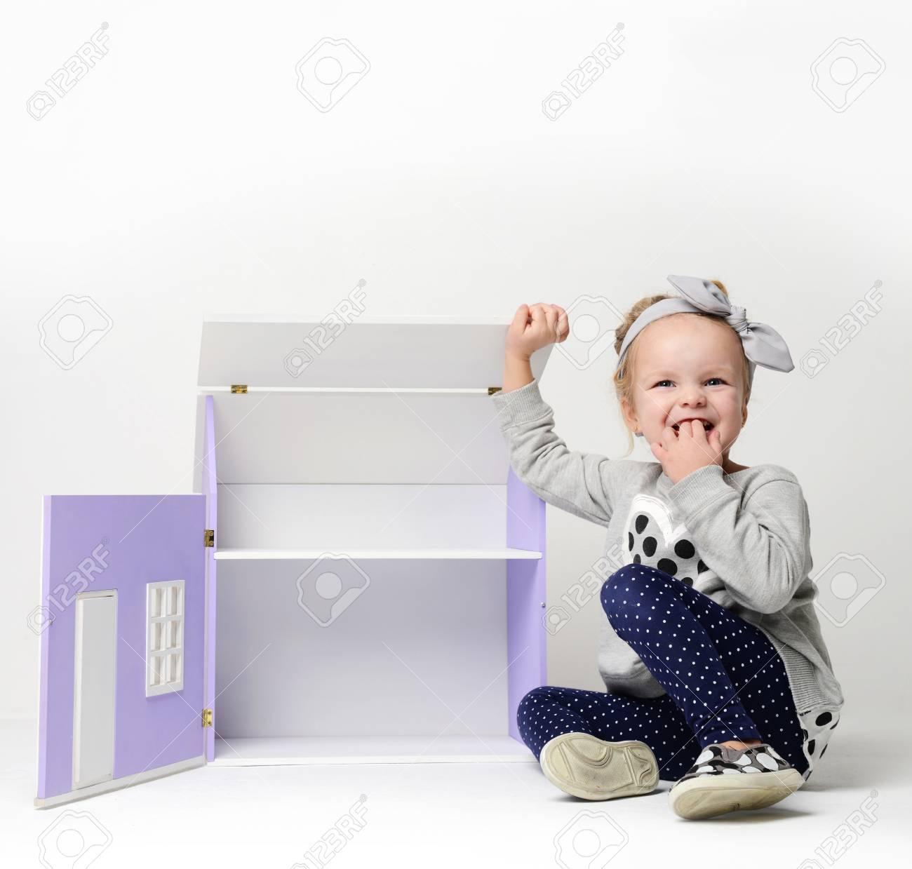 Bébé Fille Enfant Jouant Avec Grande Maison Mauve Dans La Salle De Jeux À  La Maison Ou Maternelle Sur Fond Gris concernant Jeux Bebe Fille