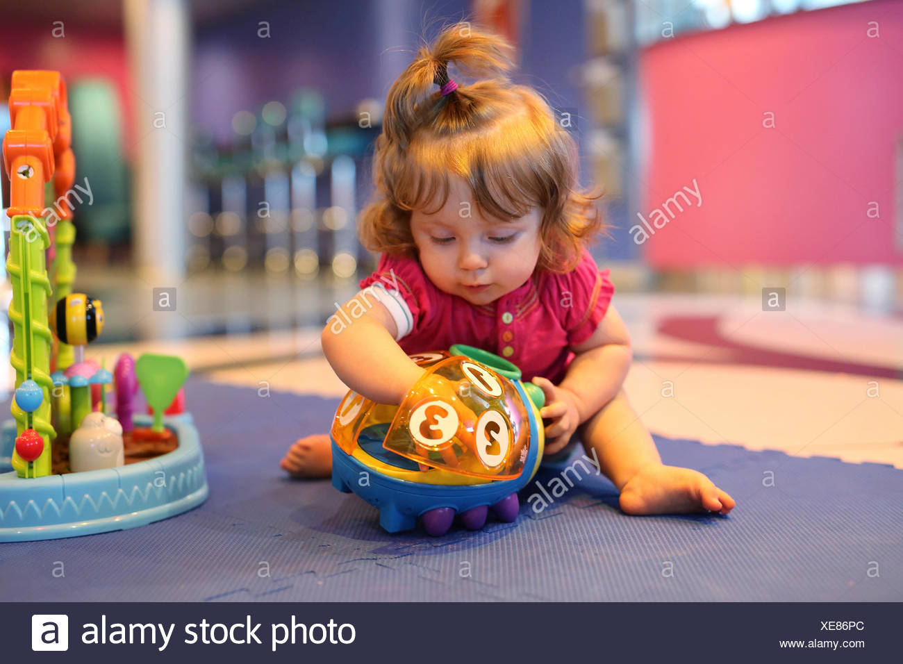 Bébé Fille Jouant Avec Des Jouets Dans Une Salle De Jeux D serapportantà Jeux Bebe Fille