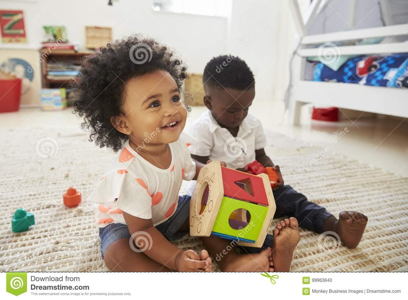 Bébé Garçon Et Fille Jouant Avec Des Jouets Dans La Salle De à Jeux Bebe Fille