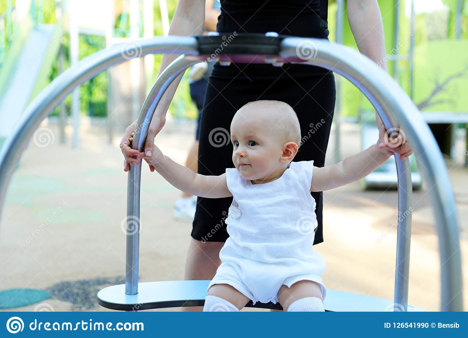 Bébé Garçon Jouant Au Terrain De Jeu Extérieur Photo Stock pour Jeux De Bébé Garçon