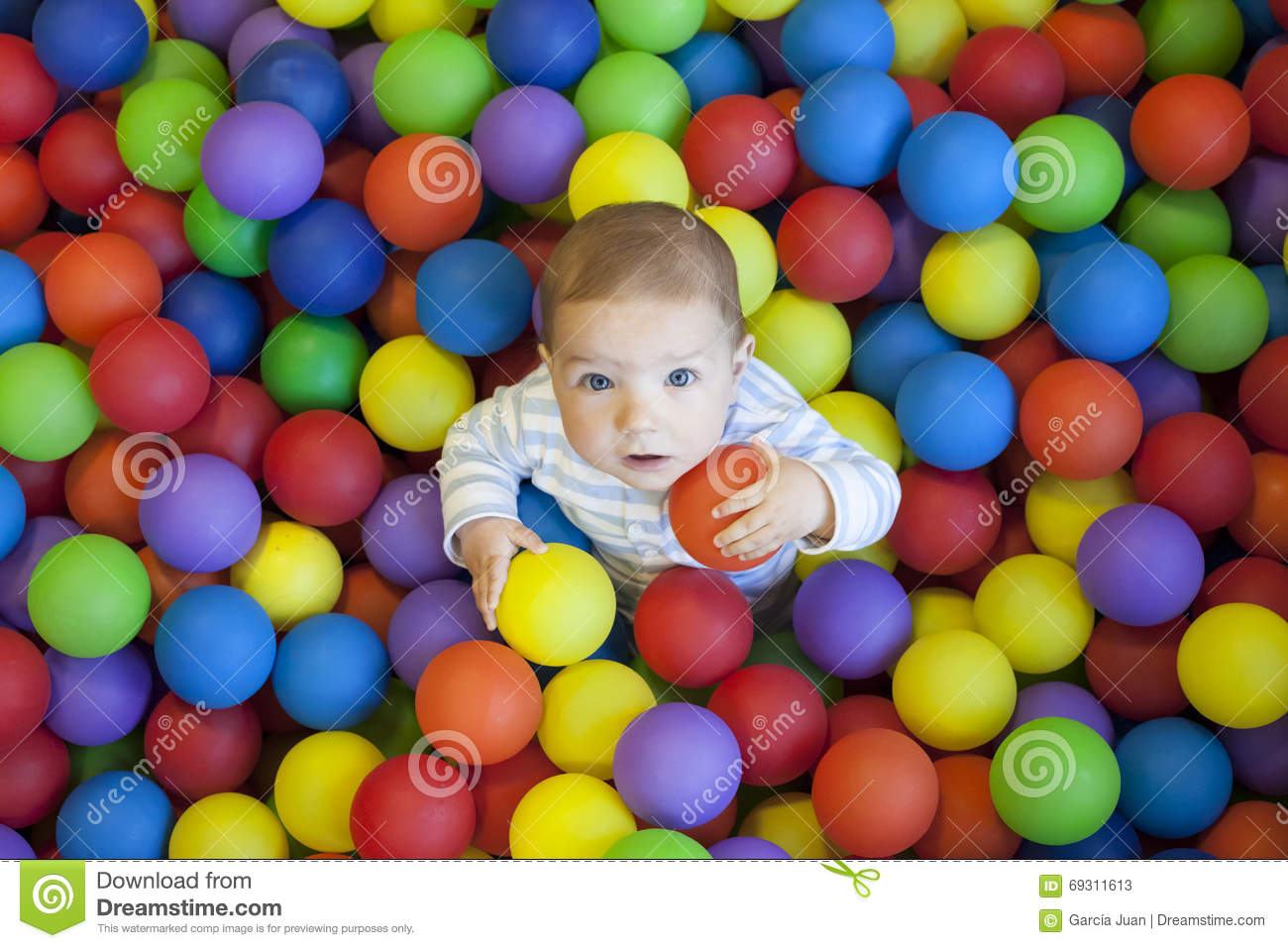 Bébé Garçon Jouant Dans La Piscine De Boules De Terrain De serapportantà Jeux De Bébé Garçon