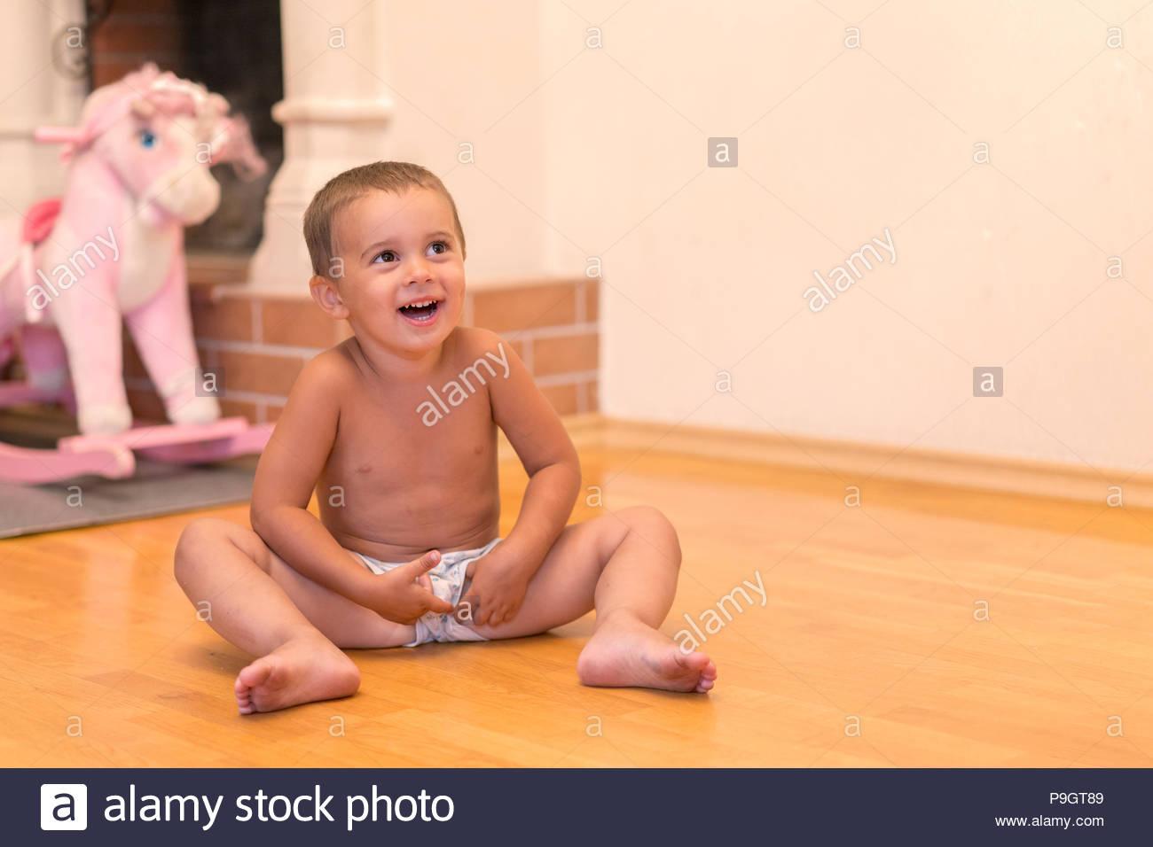 Bébé Garçon Rire Dans La Salle De Jeux. Mignon Bébé Garçon destiné Jeux De Bébé Garçon