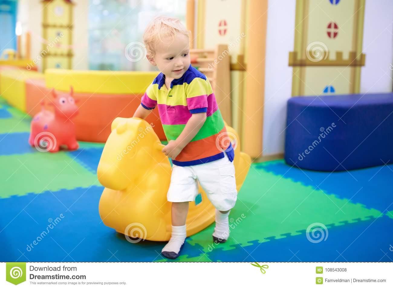 Bébé Garçon Sur L'oscillation À La Pièce De Jeu De Soins De destiné Jeux De Bébé Garçon