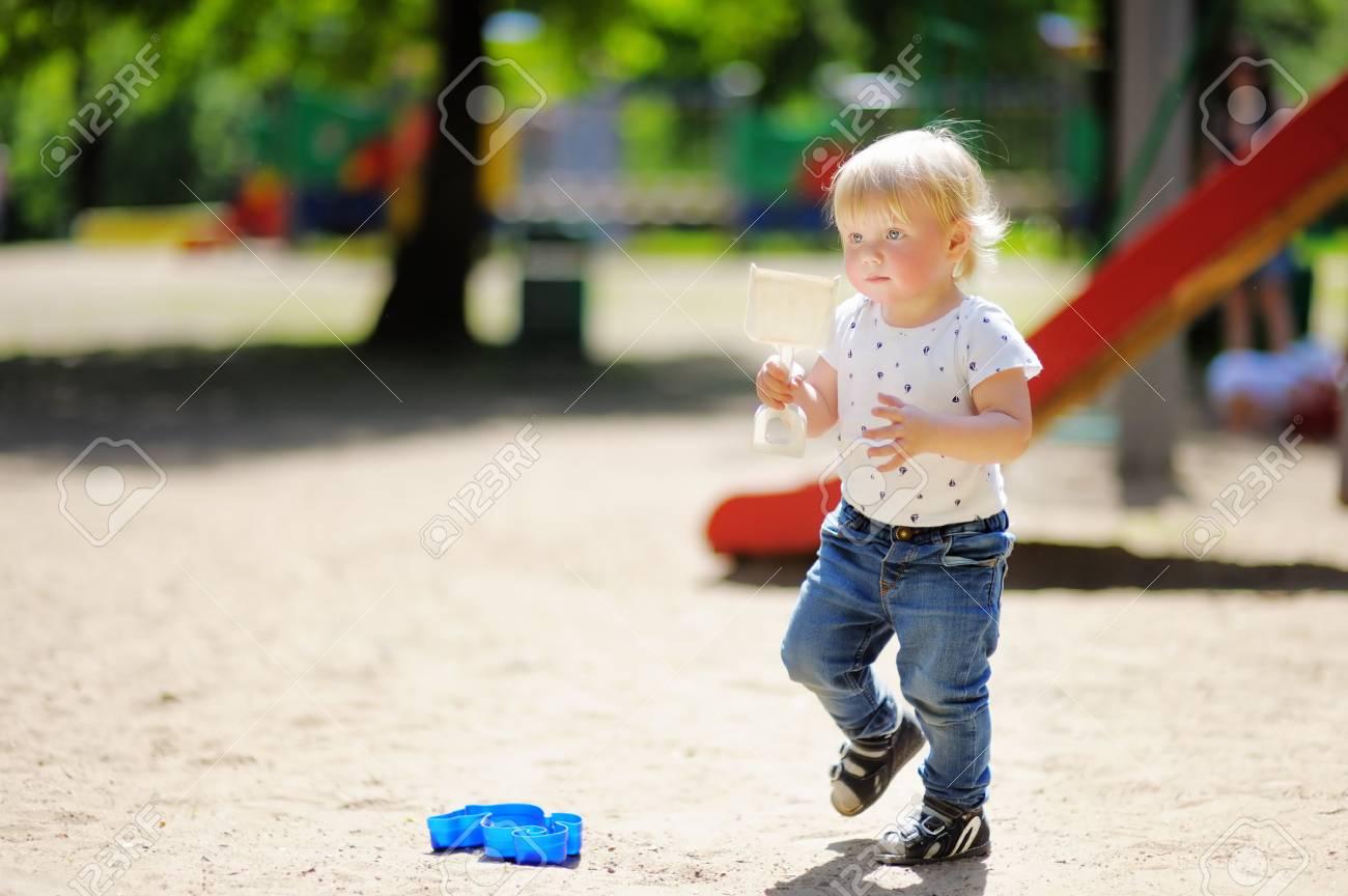 Belle Bébé Garçon Avec Scoop Sur Aire De Jeux tout Jeux De Bébé Garçon