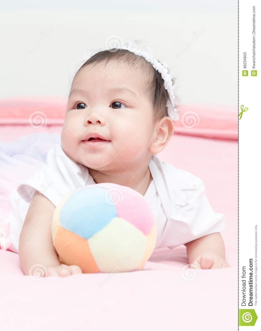 Boule Mignonne De Jeu De Bébé De Fille Sur La Couverture tout Jeux Bebe Fille