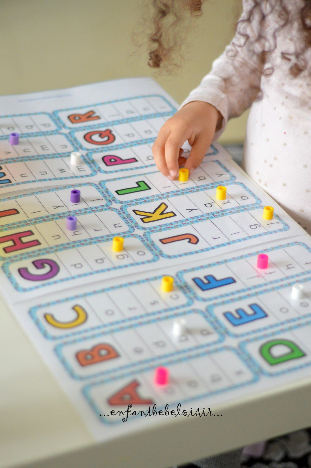 Cartes À Imprimer - Correspondance Capitales Scriptes destiné Activités Sur Les Lettres De L Alphabet En Maternelle