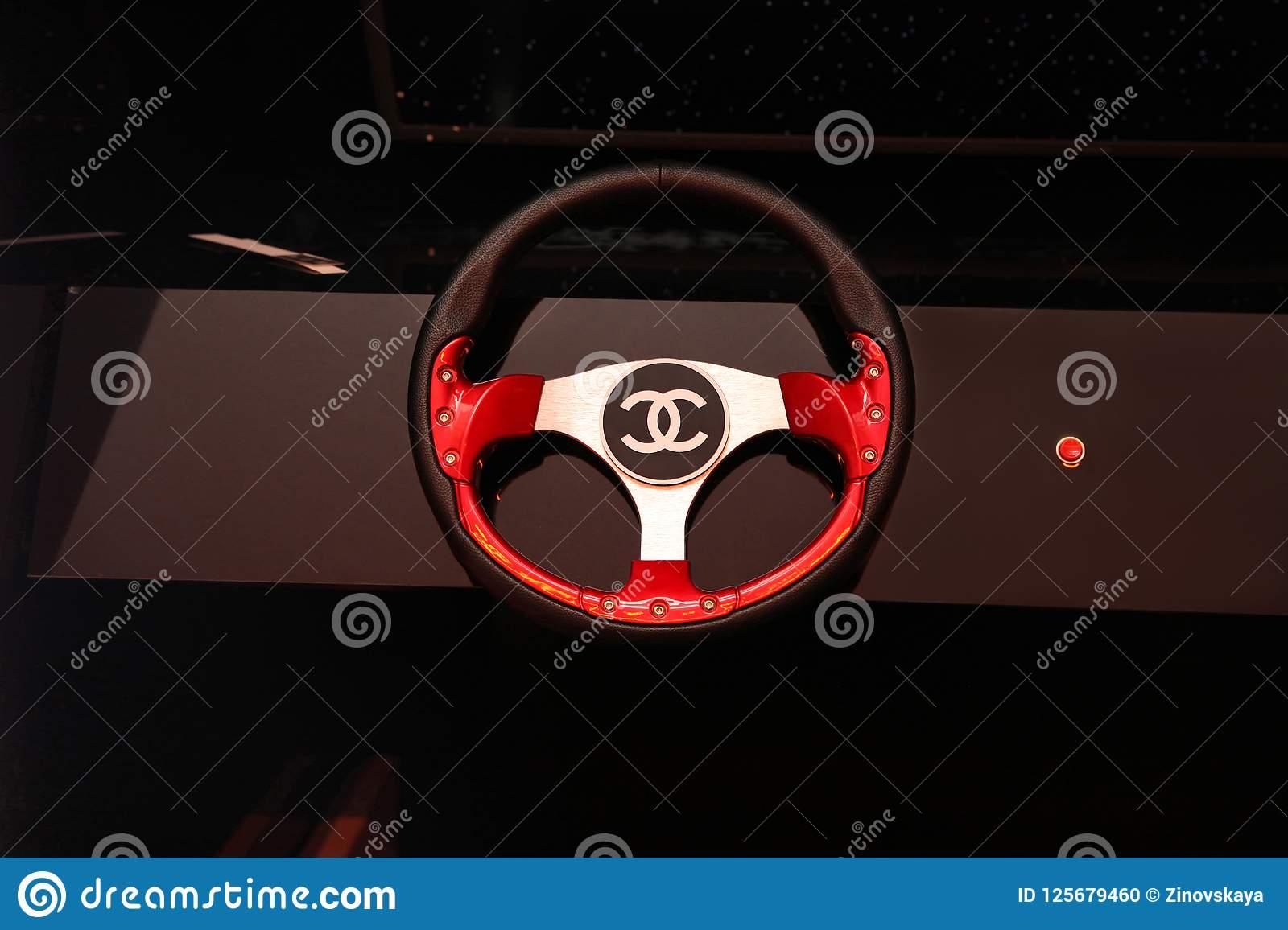 Chanel Se Connectent Le Volant De La Voiture Au Centre De pour Jeux De Voiture Au Volant