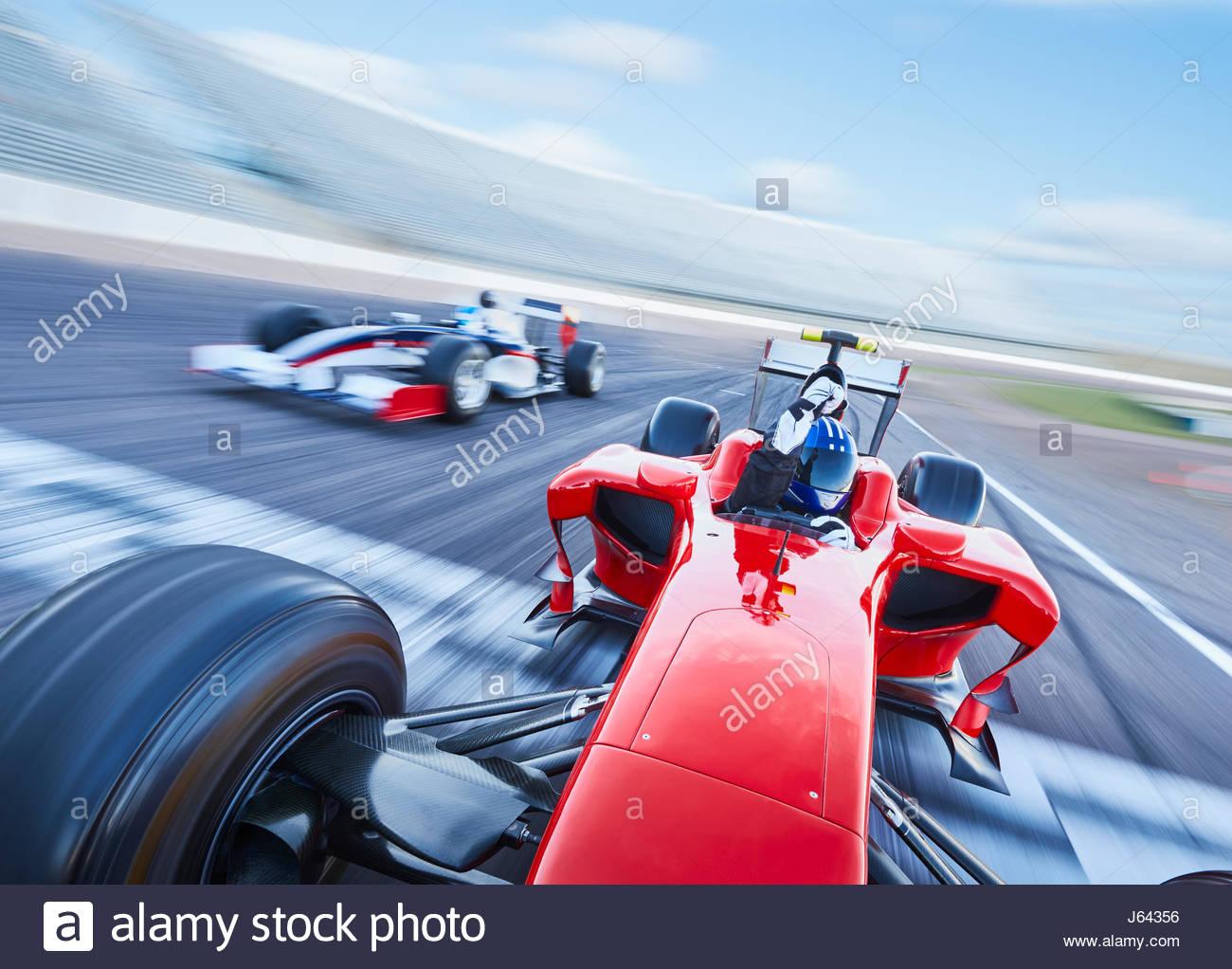 Course De Formule 1 Voiture En Traversant La Ligne D'arrivée serapportantà Course Voiture En Ligne