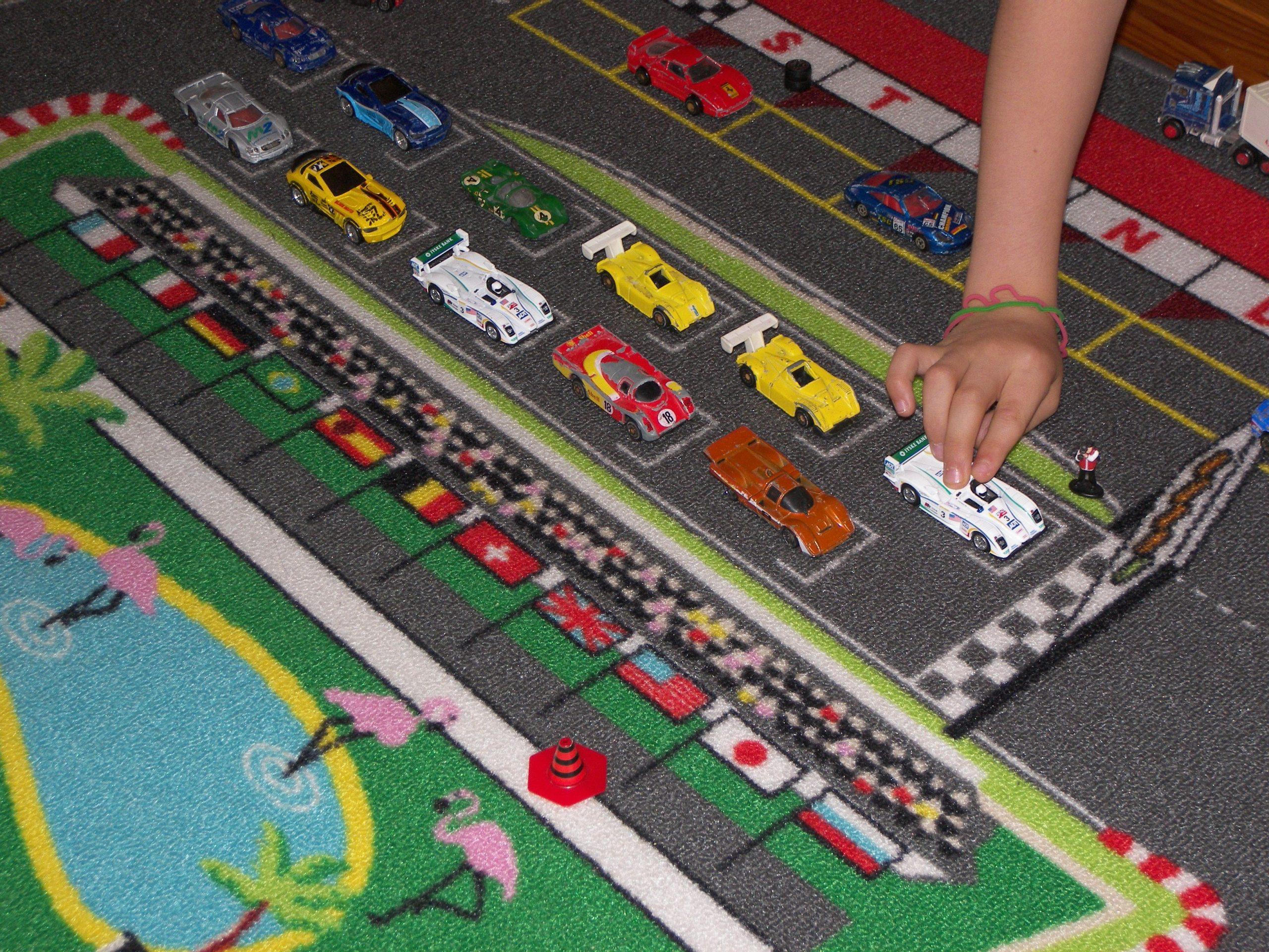 Course De Petite Voiture Sur Un Tapis De Formule 1 encequiconcerne Course De Voiture Pour Enfant