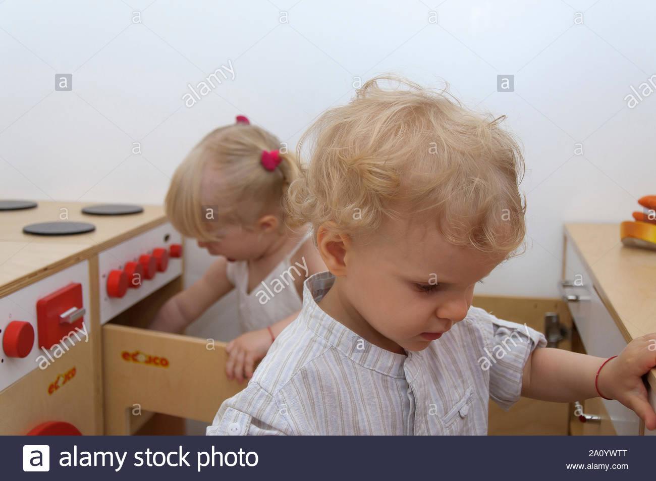 Deux Adorables Mignon De 2 Ans Vieux Cheveux Blonds Petite pour Jeux De Deux Fille