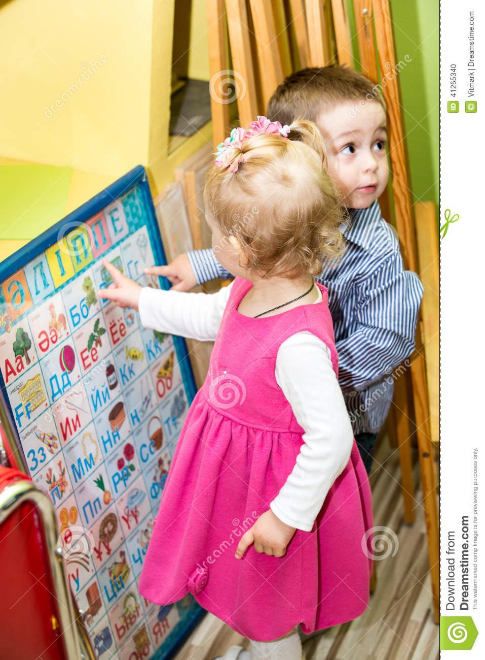 Deux Enfants En Classe D'école Maternelle De Montessori Jeu destiné Jeux De Deux Fille