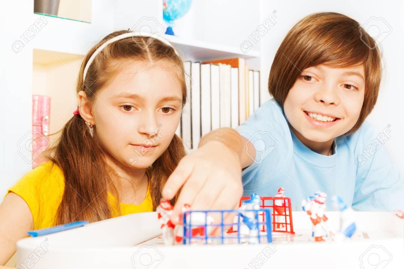 Deux Enfants, Garçon Et Fille À Jouer Au Hockey Sur Glace De Table Jeu De  Plateau Dans La Salle De Jeux dedans Jeux De Deux Fille