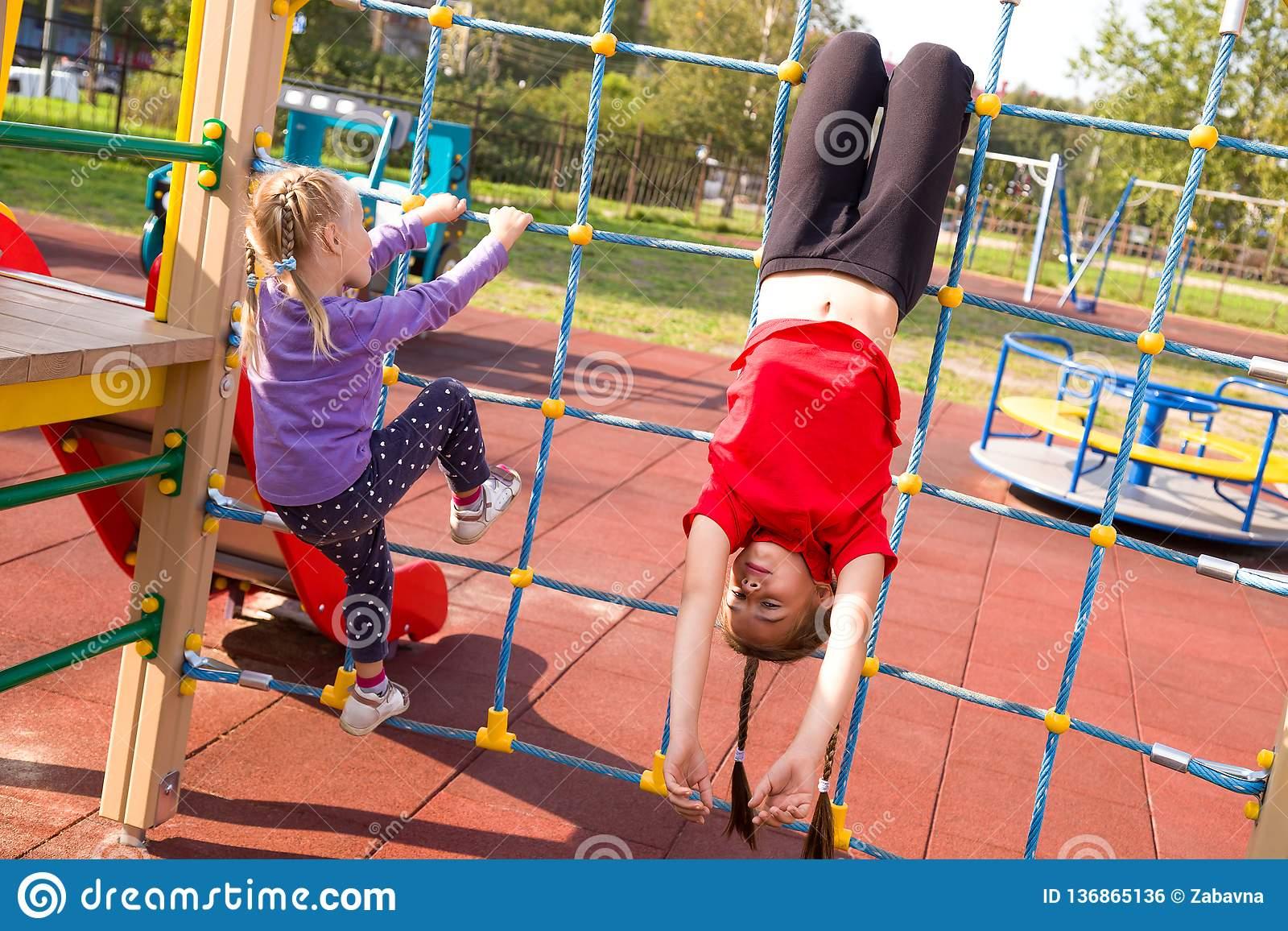 Deux Filles Caucasiennes Heureuses Ayant L'amusement Sur Le encequiconcerne Jeux De Deux Fille