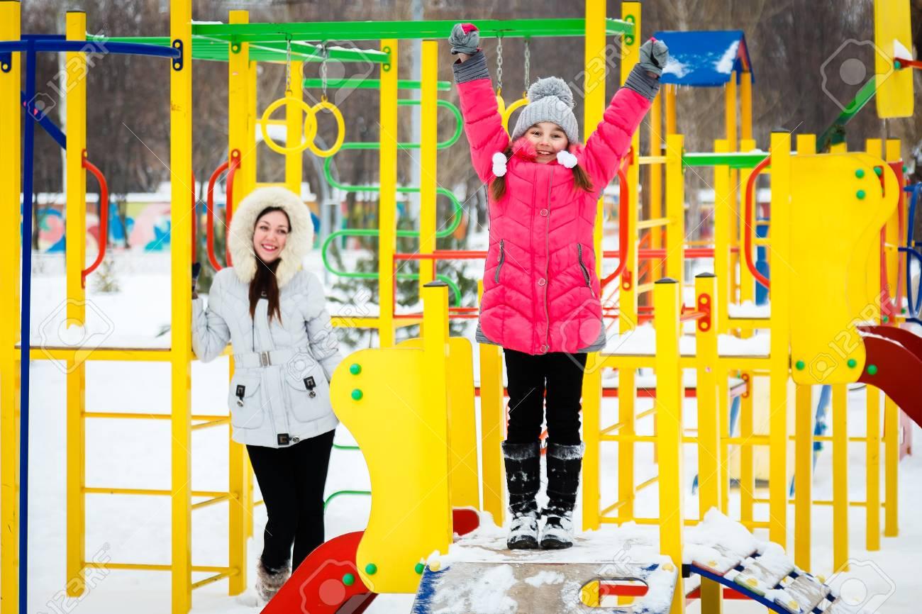 Deux Filles Heureuse, Mère Et Fille Jouant Sur Une Aire De Jeux Dans Le  Parc De La Ville Au Jour D'hiver Glacial. dedans Jeux De Deux Fille