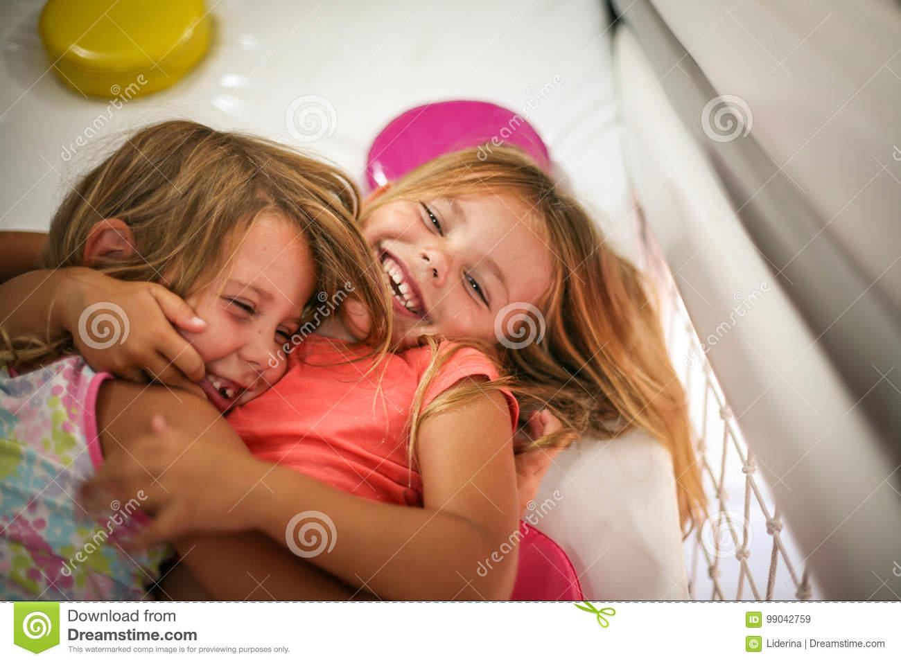 Deux Petites Filles Dans Le Terrain De Jeu Image Stock encequiconcerne Jeux De Deux Fille