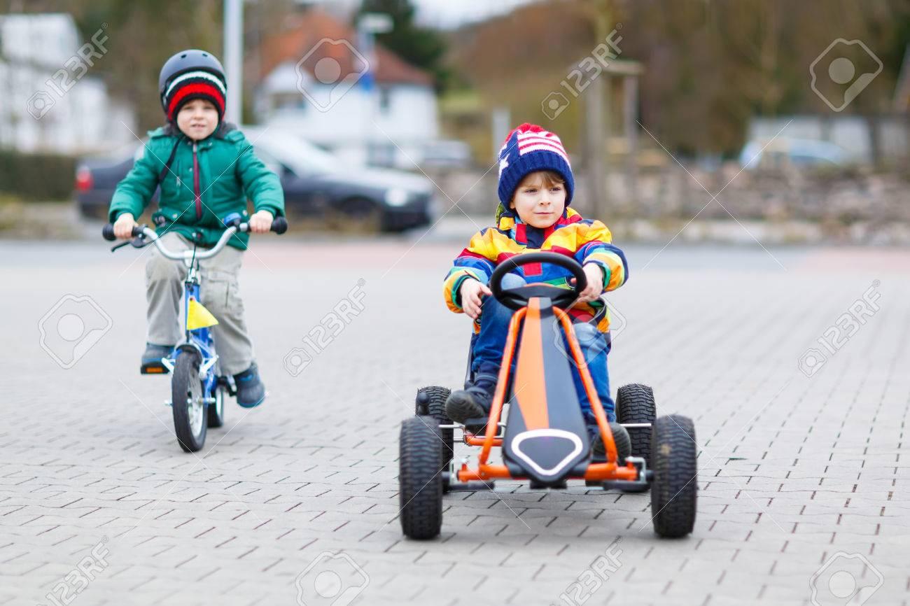 Deux Petits Amis Ayant Du Plaisir Avec Course De Jouet Voiture Et Vélo, En  Plein Air. Garçons Kid Ayant Une Compétition. Jeux De Plein Air Pour Les serapportantà Plein De Jeux De Voiture
