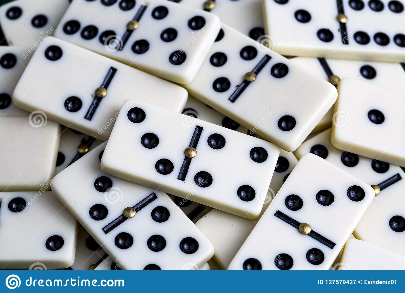 Dominos En Baisse Le Jeu De Domino Image Stock - Image Du serapportantà Jeu Du Domino