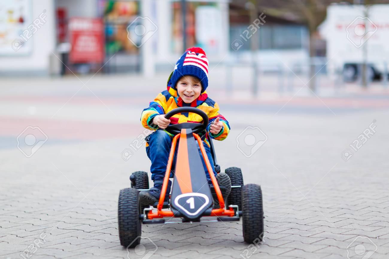Drôle Petit Enfant D'âge Préscolaire Garçon Amusant Avec La Voiture De  Course De Jouets, En Plein Air. Enfant Conduite Automobile. Jeux De Plein  Air intérieur Plein De Jeux De Voiture