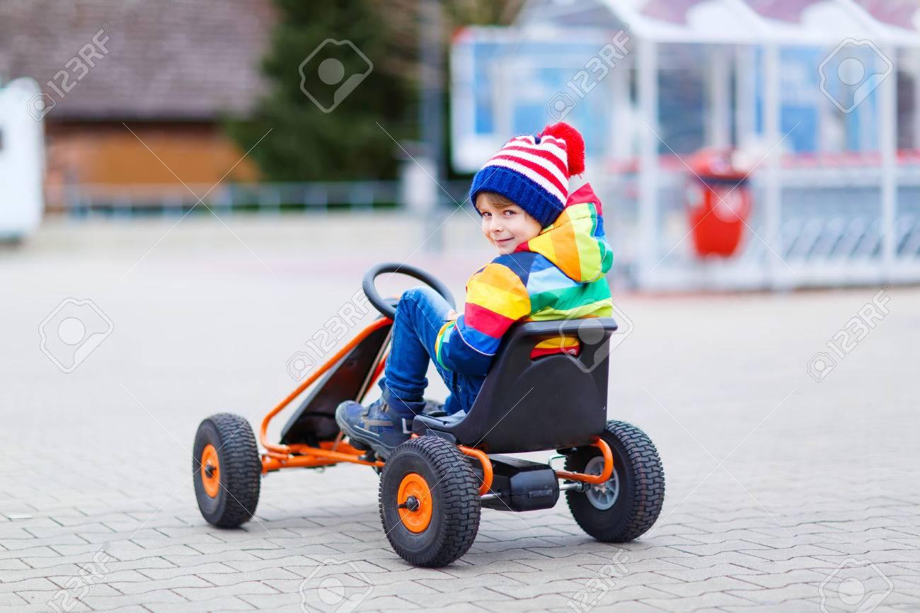 Drôle Petit Garçon D'âge Préscolaire S'amuser Avec La Voiture De Course De  Jouet, À L'extérieur. Enfant Au Volant De Voiture. Jeux De Plein Air Pour tout Plein De Jeux De Voiture