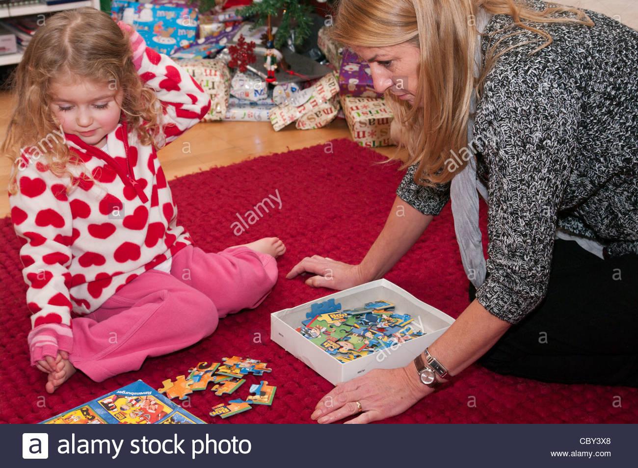 Enfant De 3 Ans Enfant Fille Enfant Jouant Avec Un Adulte destiné Puzzle Fille 3 Ans