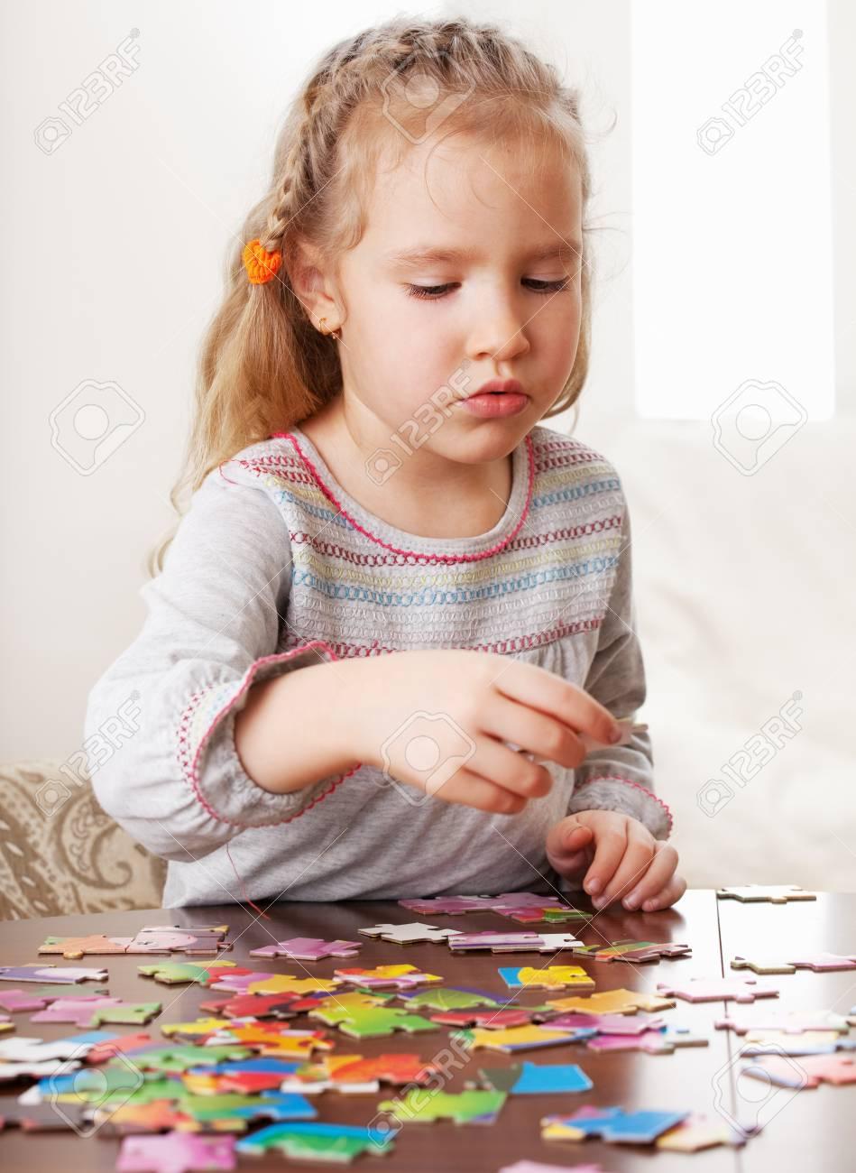 Enfant Jouant Puzzle. Jeu Petite Fille À La Maison concernant Jeux De Fille Puzzle
