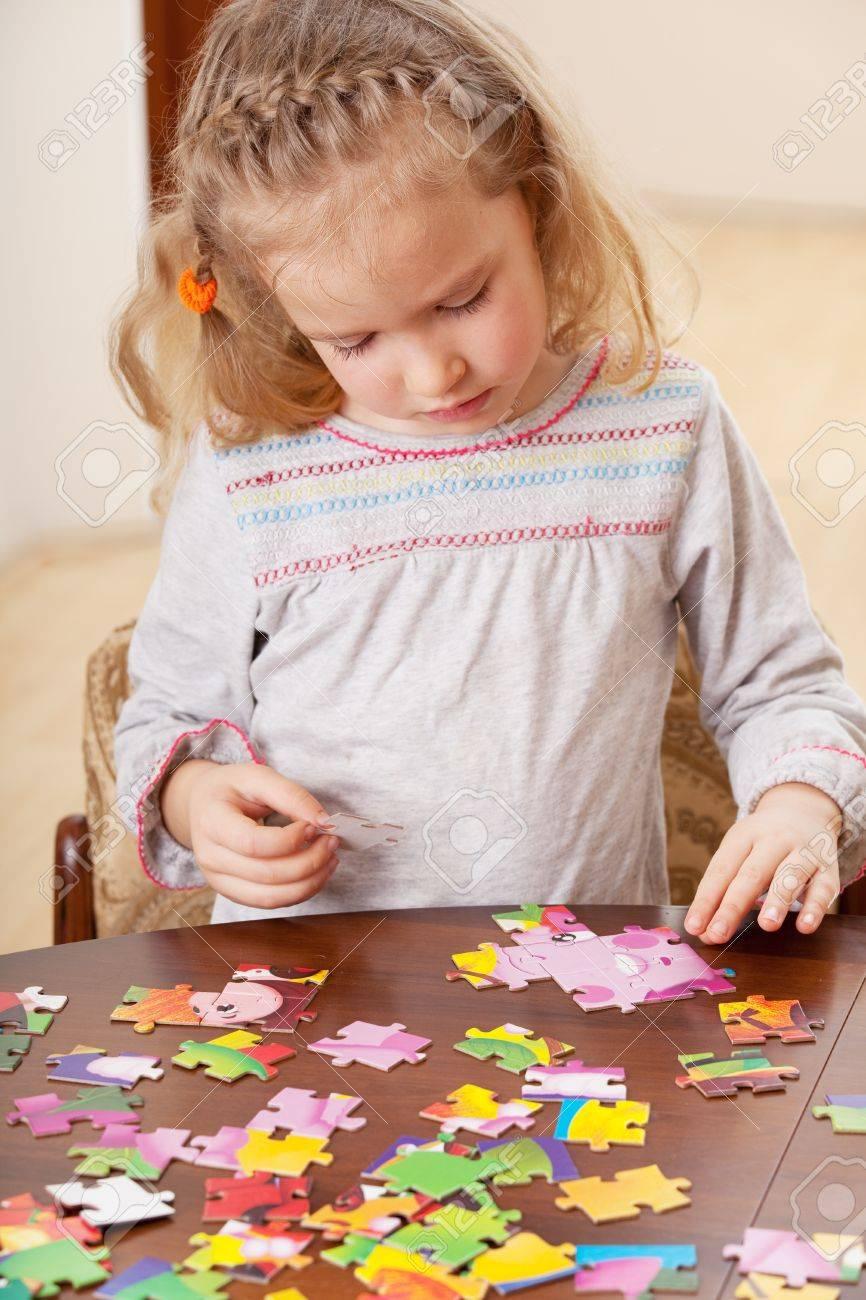 Enfant Jouant Puzzle. Jeu Petite Fille À La Maison destiné Jeux De Fille Puzzle
