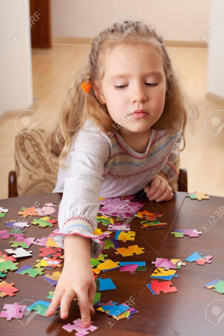 Enfant Jouant Puzzle. Jeu Petite Fille À La Maison serapportantà Jeux De Fille Puzzle