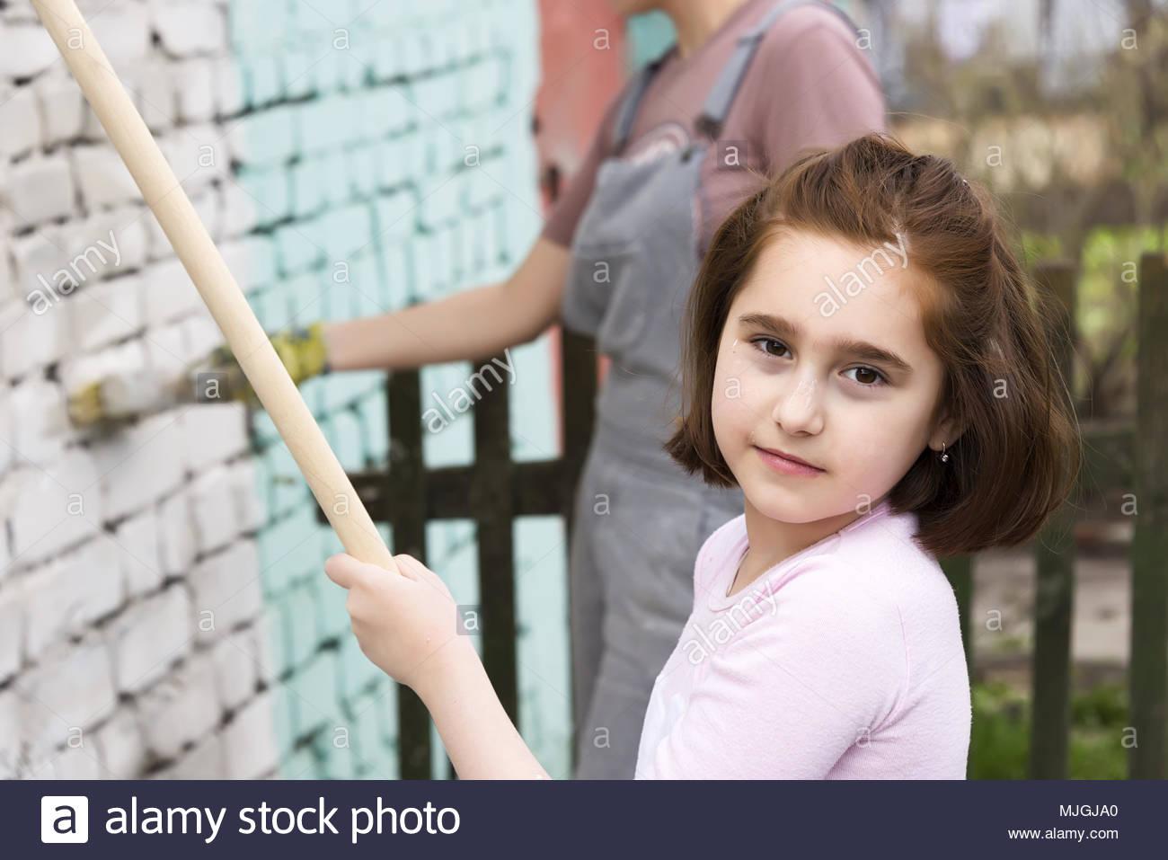 Enfants Jeux De Filles Peindre Les Murs Avec Le Rouleau Et tout Jeux De Peinture Pour Fille