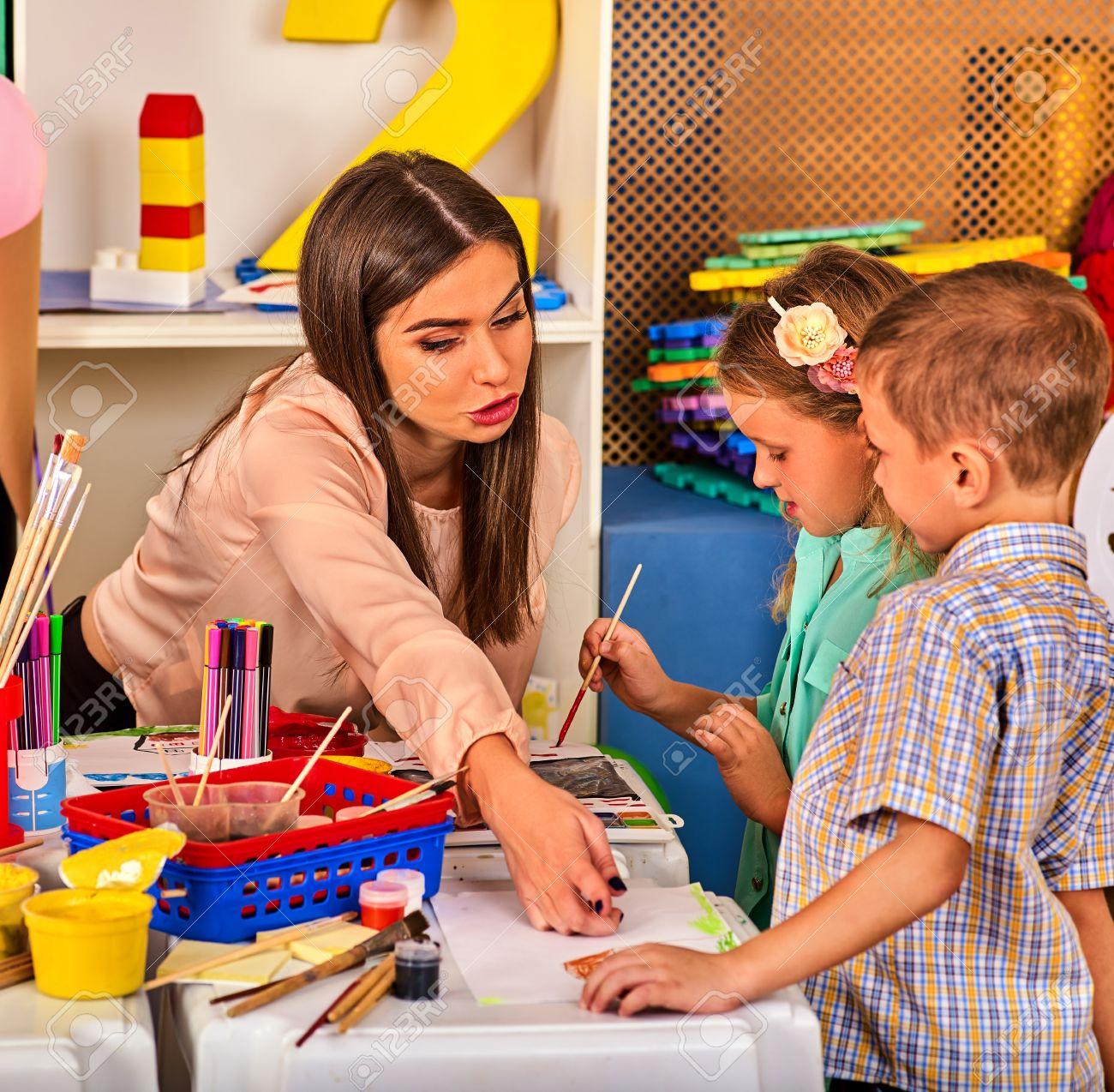 Enfants Organisation De Jeux D'enfants Peinture Et Dessin En Club Pour Les  Enfants. Leçon D'artisanat À L'école Primaire. Professeur De Maternelle Et serapportantà Jeux De Peinture Pour Fille