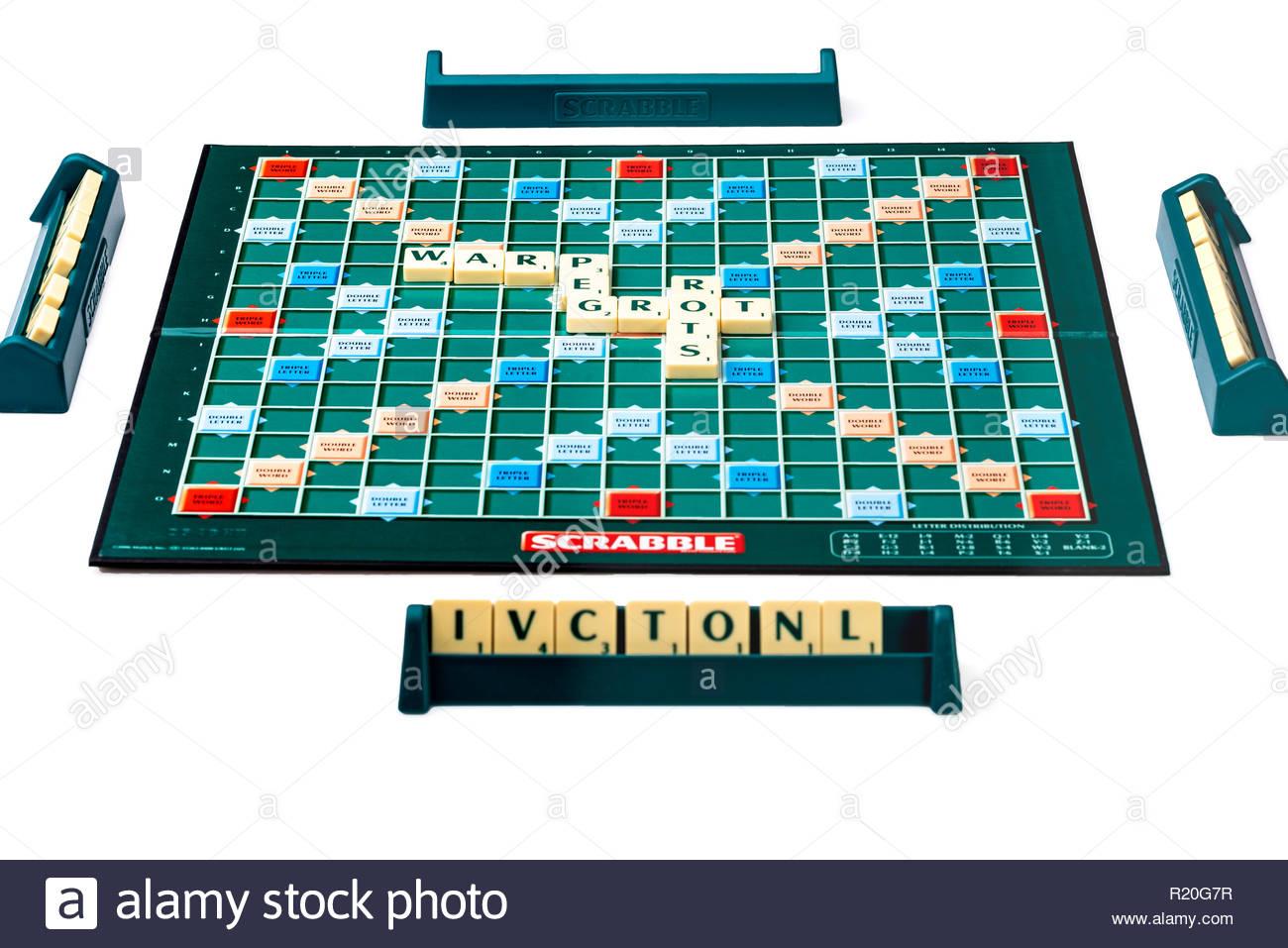 Ensemble De Cartes À Jouer Au Scrabble Avec Quatre Personnes tout Jeu De Société Avec Des Lettres