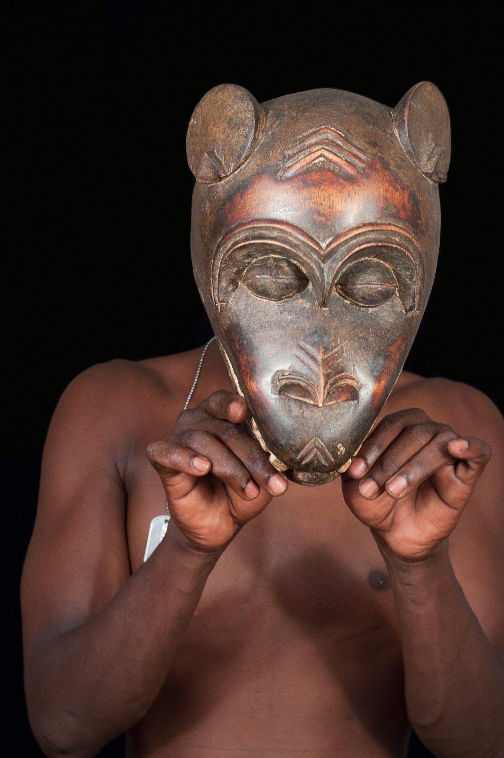 File:masque Africain Porté-Romanceor - Wikimedia Commons destiné Masque Afriquain