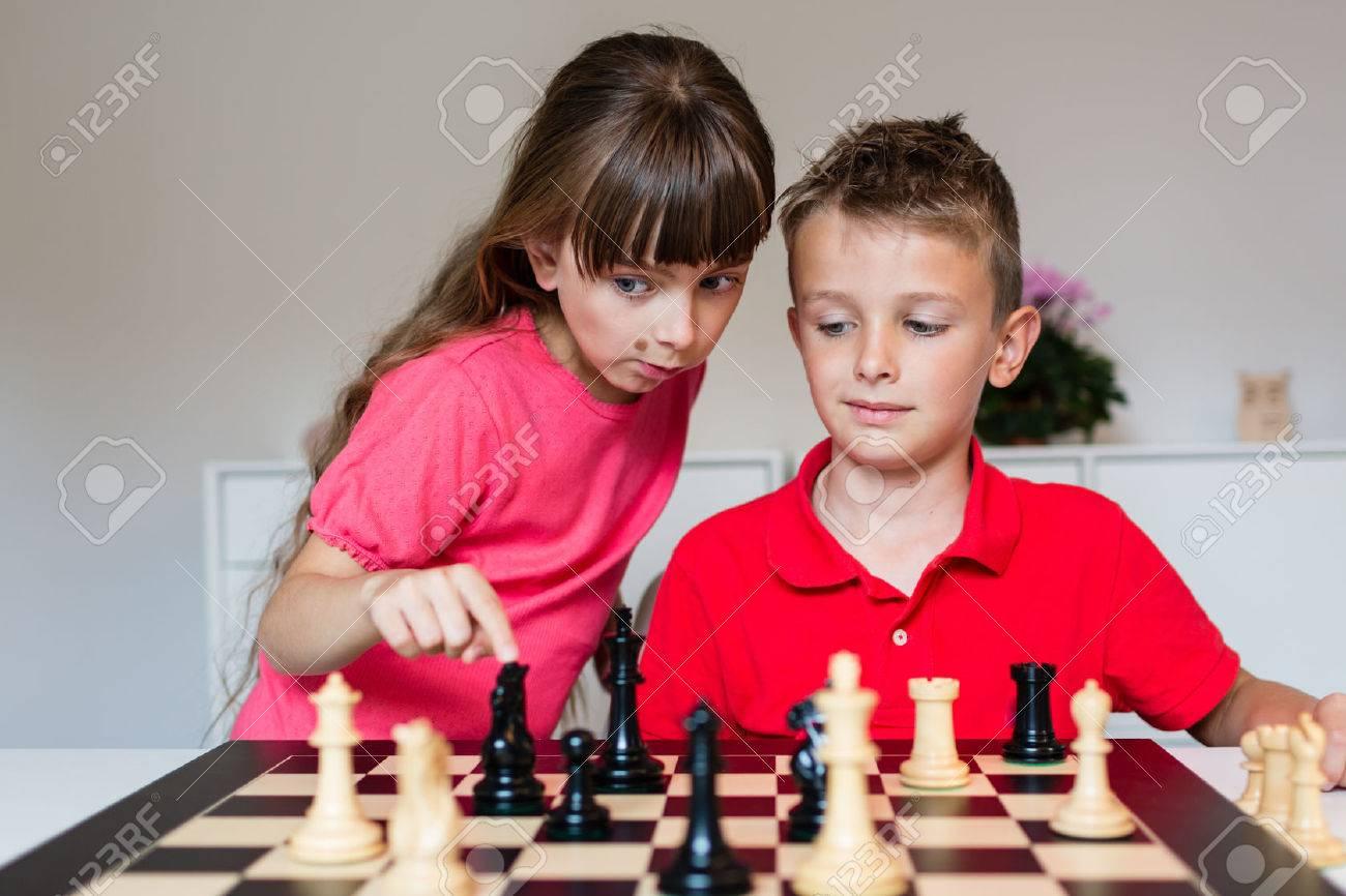 Fille Aidant Garçon Tout En Jouant Un Jeu D'échecs Sur Le Grand Échiquier. intérieur Tout Les Jeux De Fille Et De Garcon