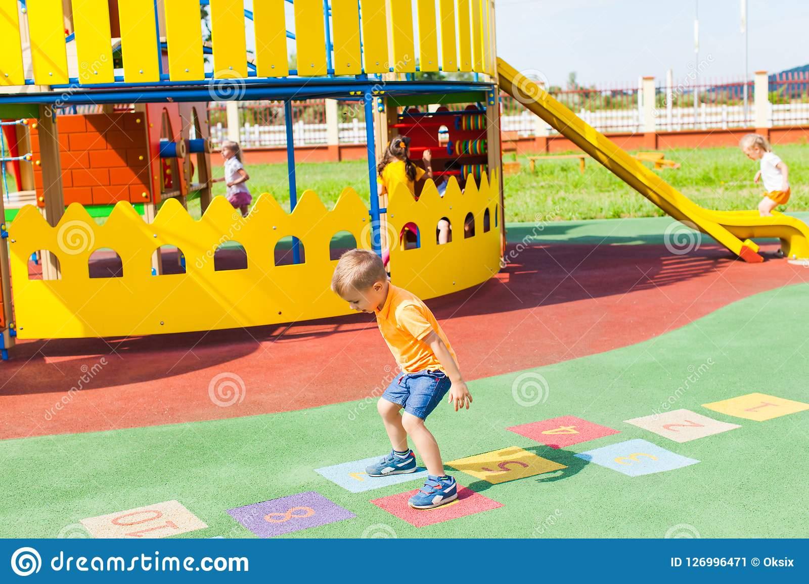 Folâtre Des Jeux Pour Des Enfants Pendant L'été Dehors Image dedans Jeux De Vetement Pour Garçon