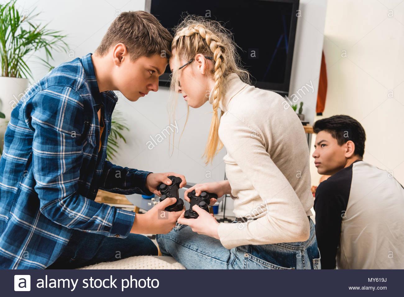 Garçon Et Fille Agressive De Toucher Avec Front Tout En encequiconcerne Tout Les Jeux De Fille Et De Garcon