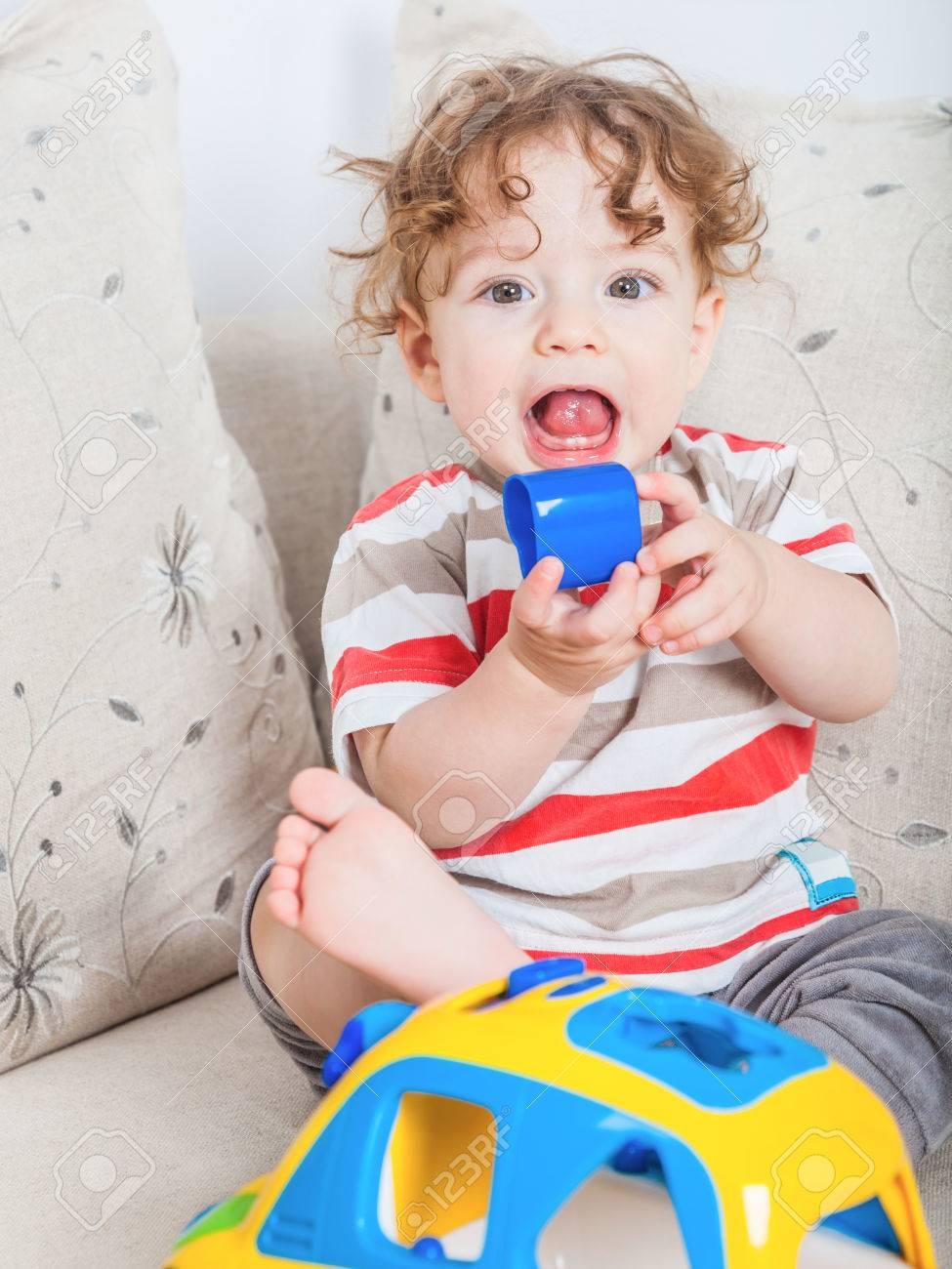 Gé De 11 Mois Jeu Portrait De Bébé Avec Une Voiture De Jouet. dedans Jeux Bebe Voiture