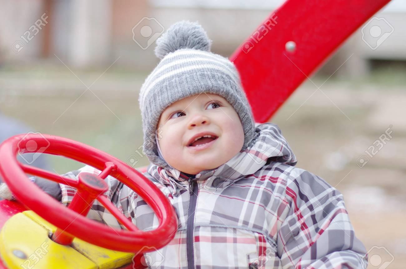 Ge De Bébé Heureux 1 Année Voiture De Sourire Conduisant Sur Les Jeux avec Jeux Bebe Voiture