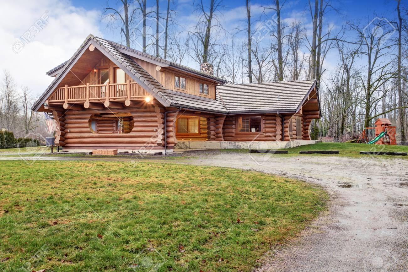 Grande Maison Cabane En Bois Rond Extérieur Avec Jeux Pour Enfants.  Northwest, États-Unis pour Jeux De Grande Maison