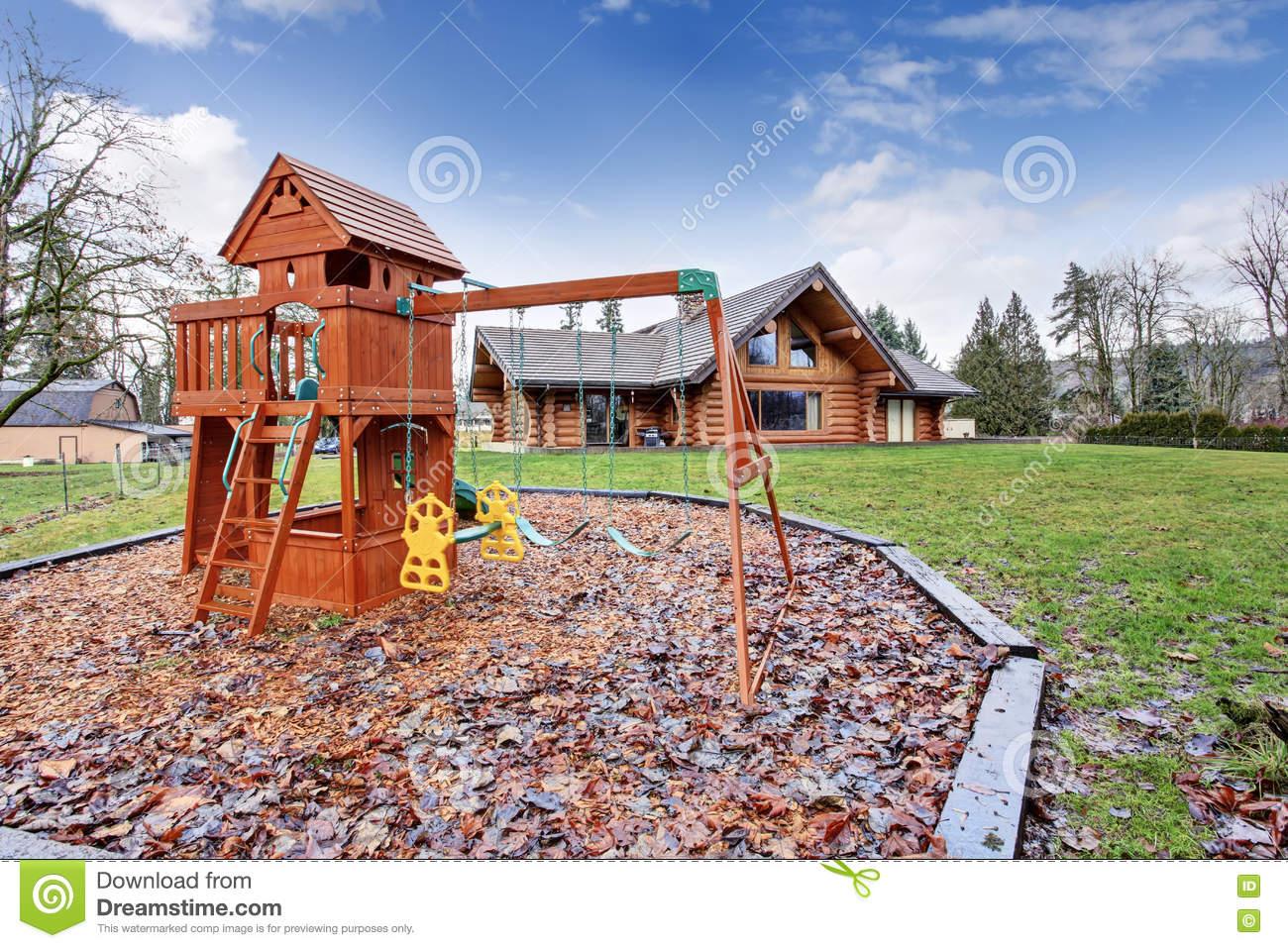Grande Maison De Carlingue De Rondin Extérieure Avec Le serapportantà Jeux De Grande Maison