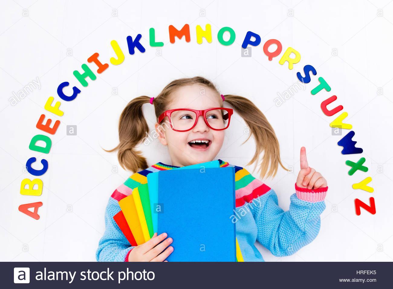 Heureux L'enfant D'âge Préscolaire D'apprendre À Lire Et À concernant Apprendre Les Lettres En Jouant