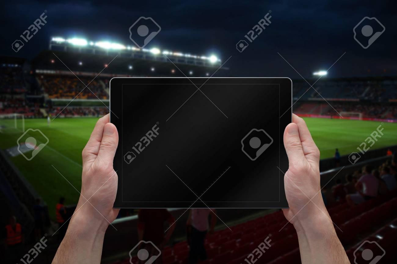 Homme Tenant La Tablette Avec Écran Blanc Sur Le Jeu De Football. Stade En  Arrière-Plan. destiné Jeux Foot Tablette