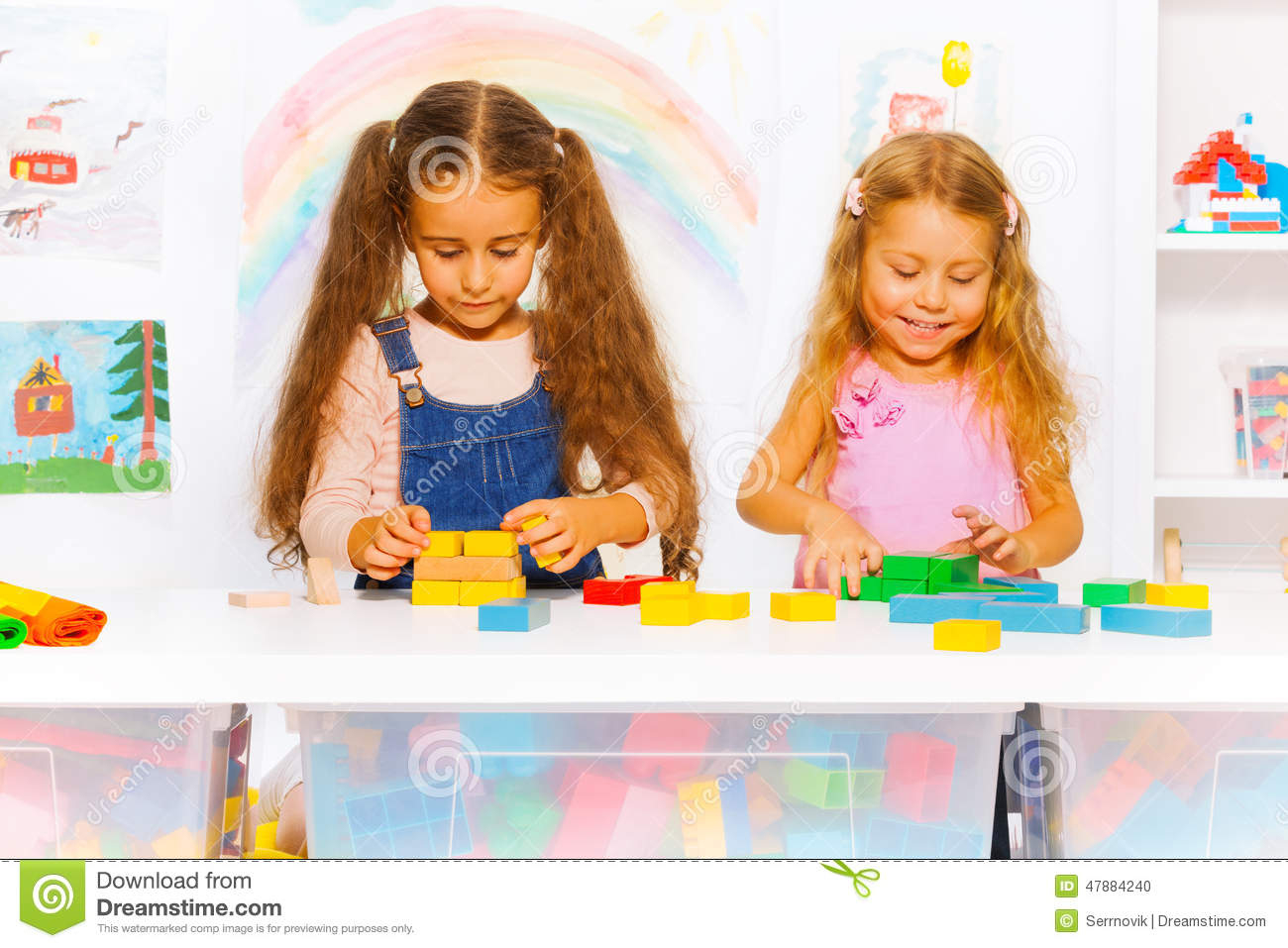 Jeu De Deux Filles Avec Des Blocs Dans La Classe Photo Stock dedans Jeux De Deux Fille